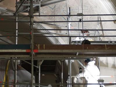 Die Restauratorinnen bei Freilegungsarbeiten am Orgelbogen